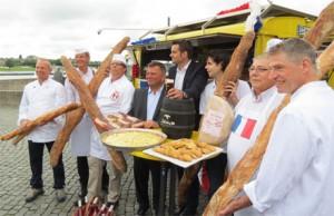 Zahlreiche Düsseldorfer Bäckereien werden sich am diesjährigen Frankreichfest mit besonderen Aktionen beteiligen. Darauf machten sie jetzt beim Fototermin auf dem Burgplatz schon einmal aufmerksam. In der Bildmitte Boris Neisser vom Veranstalter Destination Düsseldorf.