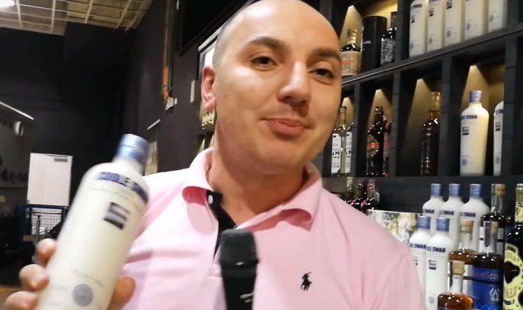 Hassan von Sierra Madre präsentiert Coole Swan, einen Irish Cream Liqueur