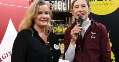 Bigitta Schulze van Loon stellt ihren Orangen-Likör mit eigenem Single-Malt vor