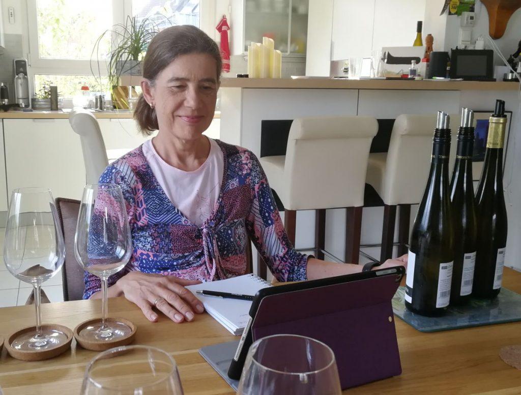 Tutti i sensi Chefredakteurin Denise Cézanne-Güttich bei der Online-Verkostung von Thiery-Weber aus dem Kremstal - Foto: Tutti i sensi