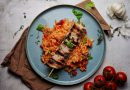 Aromatischer Grillgenuss - Zart marinierter Griechenspieß mit Tomaten-Paprika-Reis - Rezeptidee von Apostels.