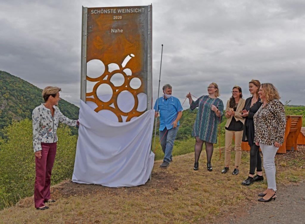 """48 Vorschläge wurden für den Wettbewerb """"Schönste Weinsicht"""" für alle dreizehn Weinanbaugebiete beim Deutschen Weininstitut für die Online-Abstimmung eingereicht. So bekam jedes Gebiet seinen eigenen Favoriten. Das für die Nahe eingereichte Foto kam von Laura Schneider vom Weingut Jakob Schneider. Nun wurde die Stele eingeweiht."""
