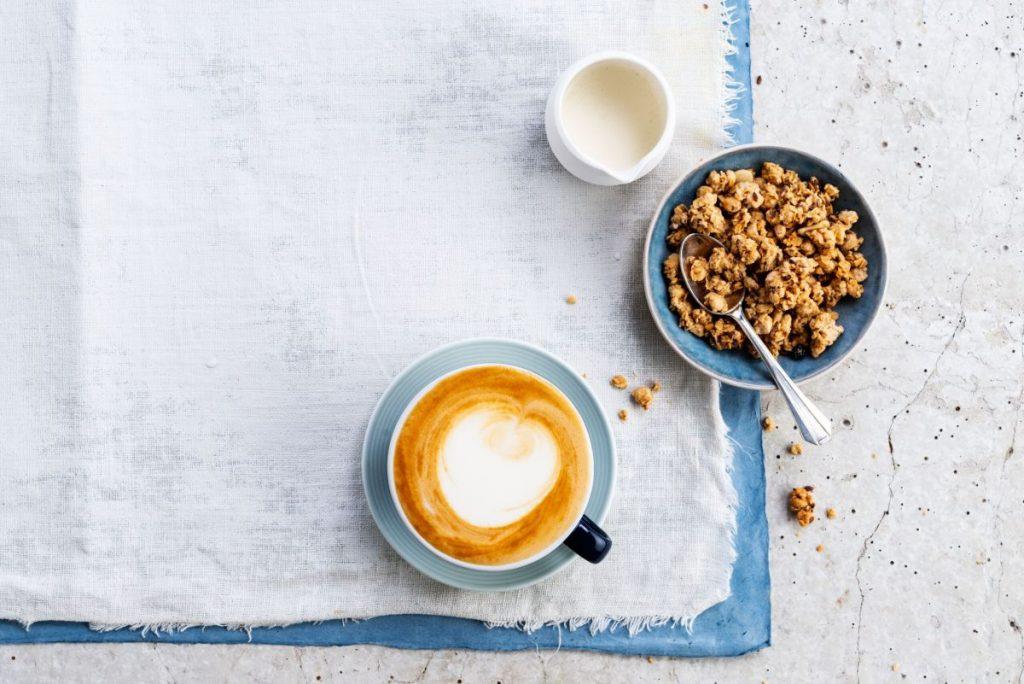 Zucker lässt sich im Alltag einfach reduzieren. Wer im morgendlichen Kaffee oder Müsli Sojadrink statt Milch verwendet, hat bereits die Hälfte an Zucker eingespart. Bildquelle: Alpro