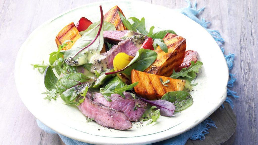 Salat von gegrillten Süßkartoffeln mit Rinderhüftsteaks